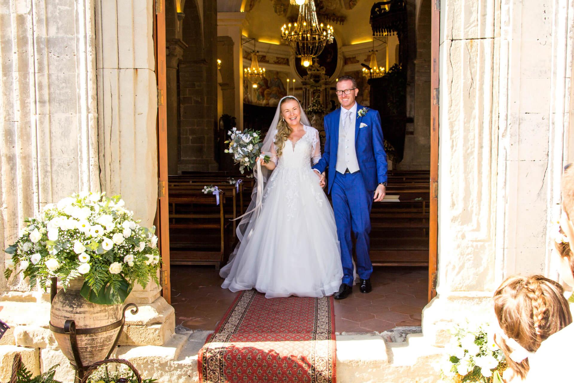 Fotografia novomanželov vychádzajúcich z kostola