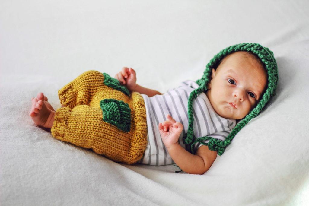 Novorodenecké fotenie bábätka v zelenej čiapke