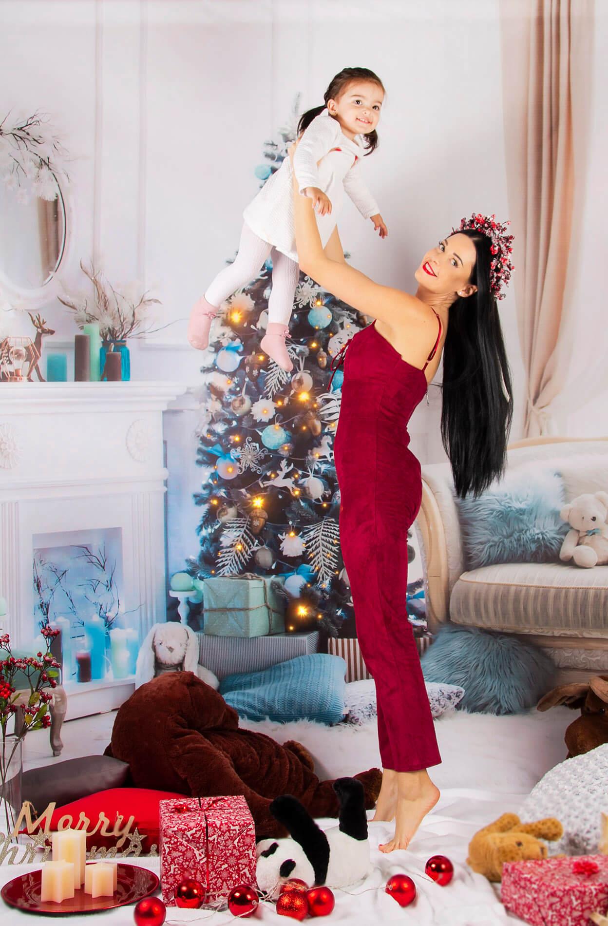 Vianočné fotenie s rekvizitami pred vianočným stromčekom