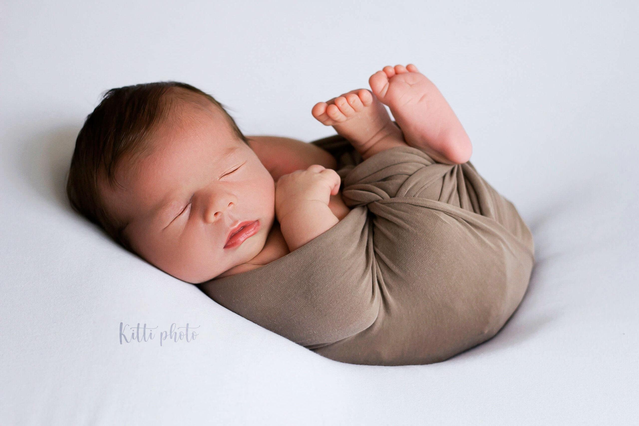 Fotografia novorodenca s bielym pozadím - Fotografka Nové Zámky - Kitti Photo