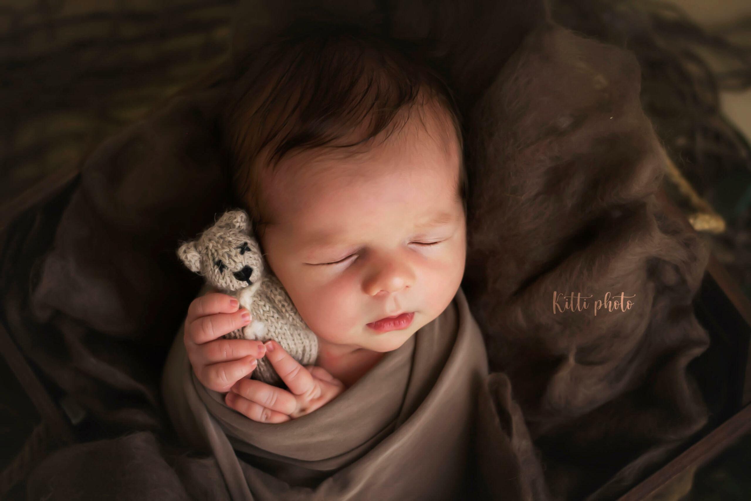 Fotografia novorodenca držiaceho hračku - Fotografka Nové Zámky - Kitti Photo